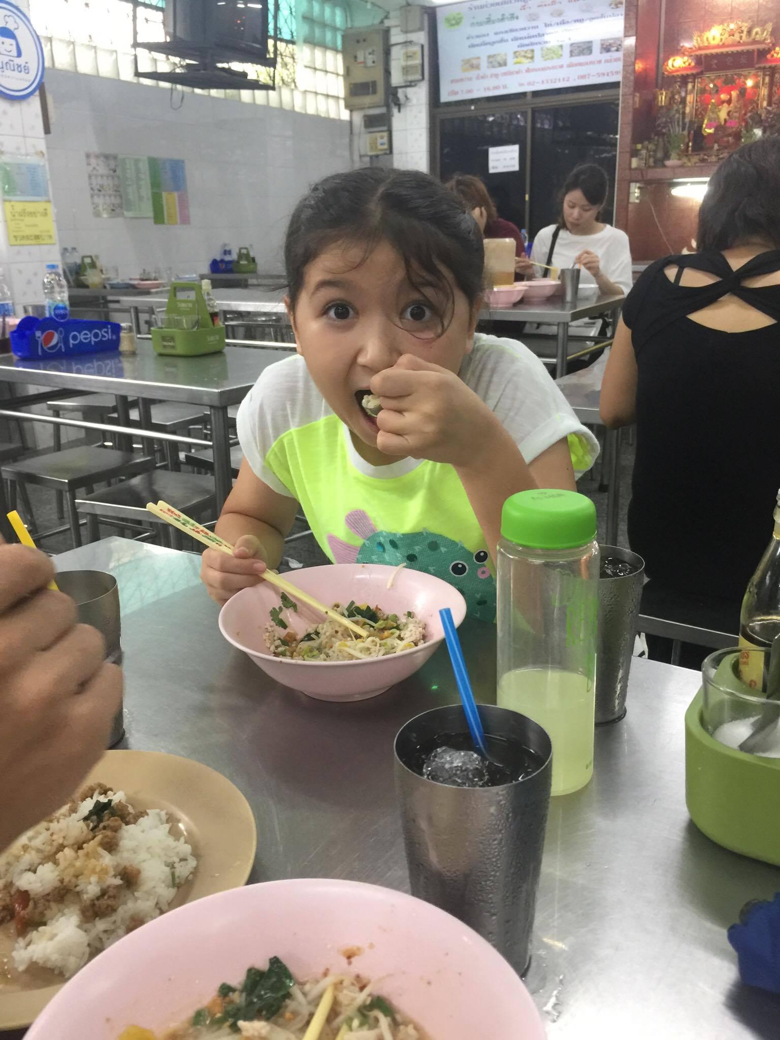Large_eating noodles