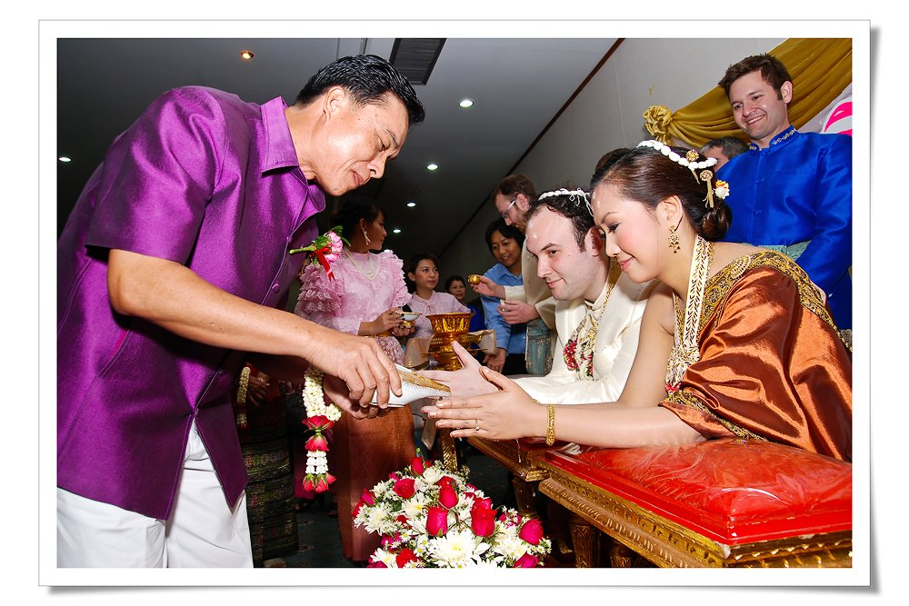 Thai_wedding_-_conch_water
